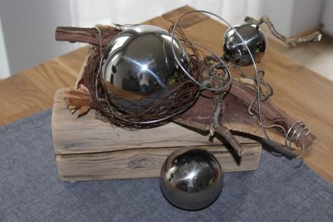 TD04 – Alter Holzblock – exotisch dekoriert mit einem Kokoblatt und einer kleinen und einer großen Edelstahlkugel im Rostnest – Preis 39,90 €