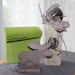 KL18 – Kleine Dekosäule! Altes Holz natürlich dekoriert mit einer großen und kleinen Edelstahlkugel und Palmblüte! Preis 44,90€