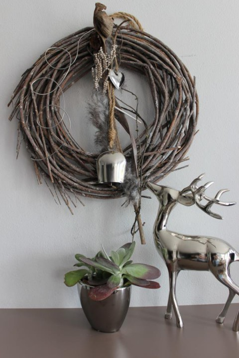 HE6 – Dekokranz für Innen oder als Türkranz!Kranz natürlich dekoriert,mit Kunstfell, Herz und einer Kuhglocke!Durchmesser ca. 45 cm – Preis 39,90€