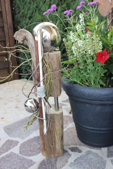 KL10 – Kleine Holzsäule aus zwei Teilen verbunden mit Edelstahlstäben! Natürlich dekoriert mit zwei Edelstahlkugeln! Höhe ca 60cm – Preis 59,90€