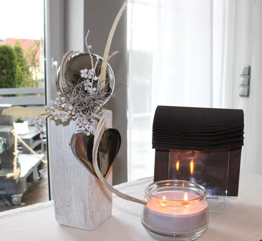KL30 - Kleine Holzsäule gebeizt und weiß gebürstet, natürlich dekoriert mit einer großen Edelstahlkugel und großem Edelstahlherz! Preis 44,90€