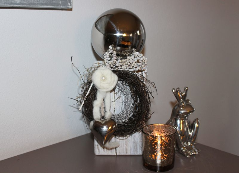 KL48 - Kleine Säule aus altem Holz! Altes Holz, thermisch behandelt, weiß gebeizt, dekoriert mit natürlichen Materialien, zwei Rebenkränzen, Filzbänder, Filzrose und einem Edelstahlherz! Preis 44,90€ Höhe ca. 30cm