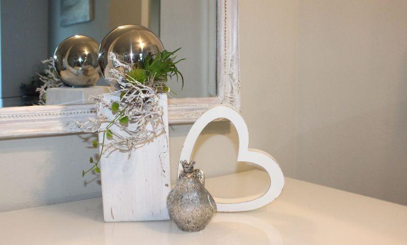 KL63 - Kleine Säule für Innen und Aussen! Kleine Holzsäule, weiß gebeizt, dekoriert mit Materialien aus der Natur, großer Edelstahlkugel und künstlichen Sukkulenten! Preis 39,90€ Höhe ca. 30cm Holzherz 5,90€ Höhe 16cm