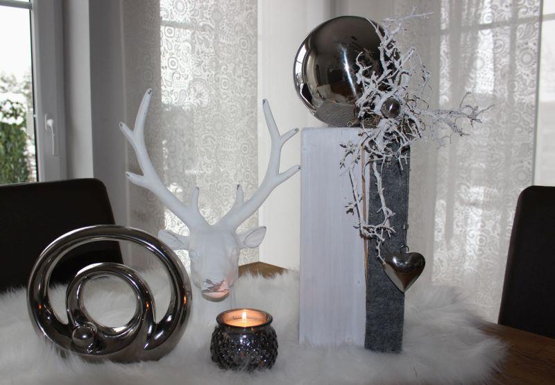 KL67 - Holzsäule weiß gebeizt, dekoriert mit Filzband, natürlichen Materialien, einem Edelstahlherz und einer großen und kleiner Edelstahlkugel! Preis 54,90€ Höhe 45cm Hirschkopf 24,90€ Höhe 35cm Windlicht 3,50€