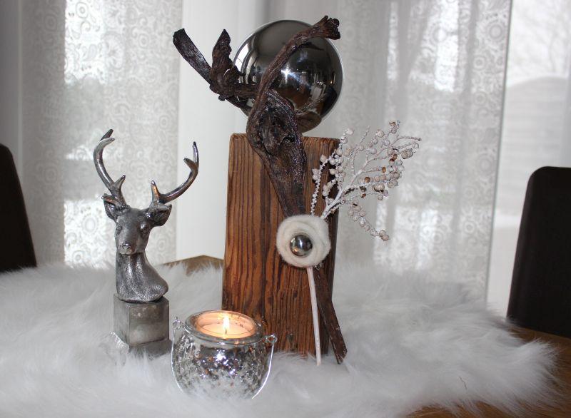 KL70 - Holzsäule aus altem Holz, (thermisch behandelt) Dekoriert mit natürlichen Materialien, einer Filzrosette und einer großen und kleiner Edeslstahlkugel! Preis 49,90€ Höhe ca. 35cm Hirschbüste 14,90€