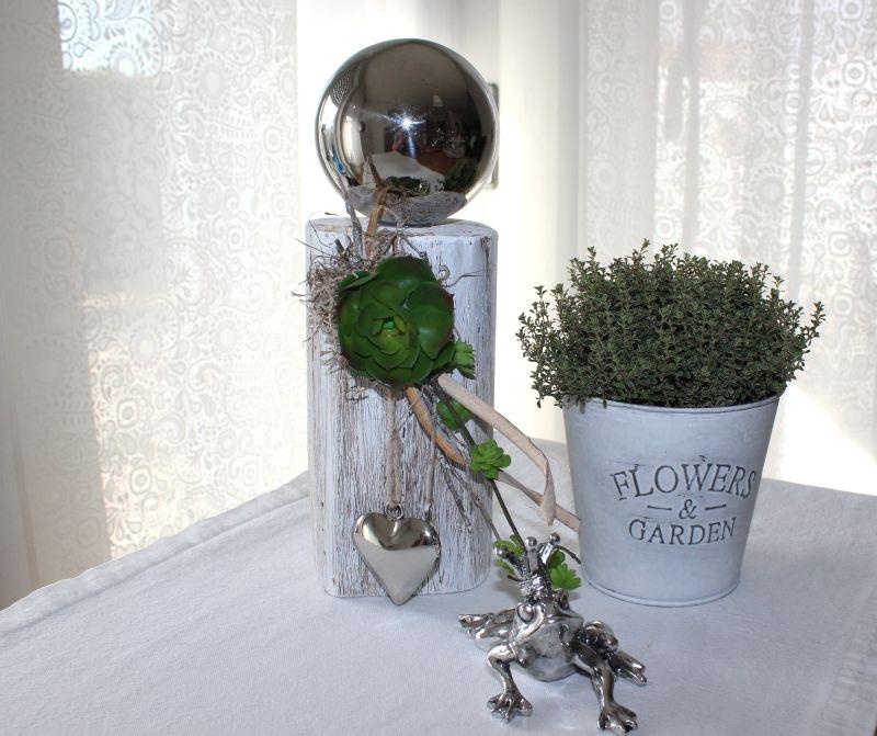 KL43 - Kleine Säule aus altem Holz, dekoriert mit künstlichen Sukkulenten ,einer Edelstahlkugel und einem Edelstahlherz! Preis 44,90€
