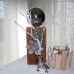 KL46 - Kleine Säule aus altem Holz, dekoriert mit natürlichen Materialien, einer großen und kleinen Edelstahlkugel und einer Metallblume! Preis 44,90€ - Windlicht aus Schwemmholz 9,90€ - Froschkönig 7,90€