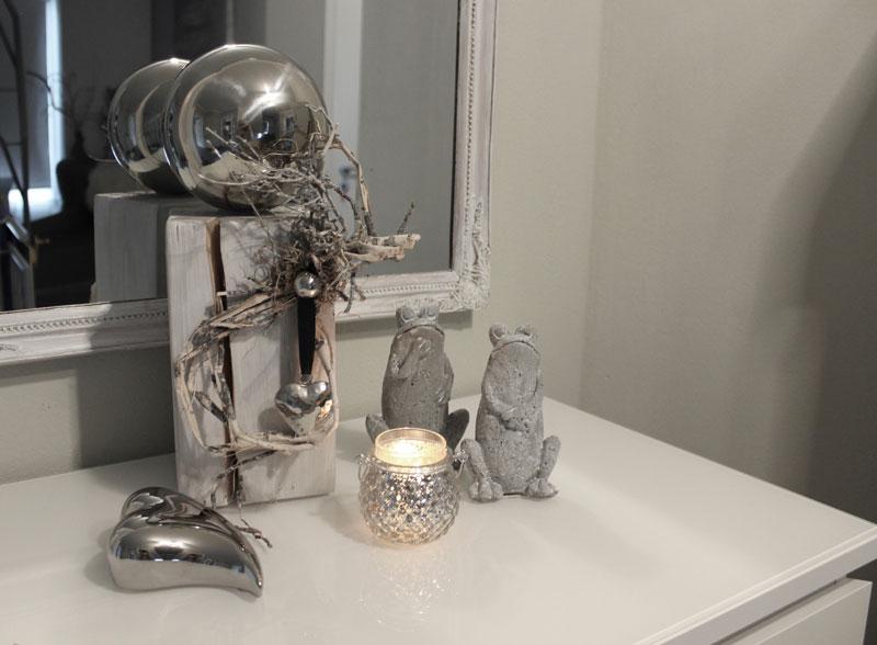 KL71 - Holzsäule weiß gebeizt, dekoriert mit natürlichen Materialien, einem Edelstahlherz und einer großen Edelstahlkugel! Preis 54,90€ Höhe 45cm Frosch 4,90€ Höhe 15cm