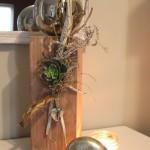 KL32 - Holzsäule für Innen und Aussen! Säule aus neuem Holz, gebeizt und natürlich dekoriert mit einer großen Edelstahlkugel, Herz, Schlüssel und einer künstlichen Sukkulente! Höhe ca 50cm - Preis 64,90€