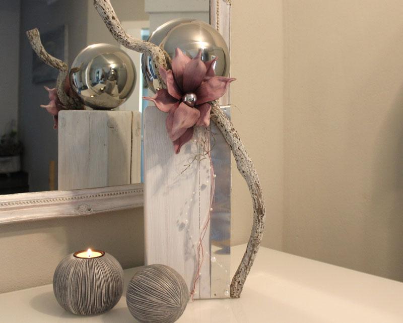 KL61 - Holzsäule weiß gebeizt, dekoriert mit Metallband, Materialien aus der Natur, einer künstlichen Magnolienblüte und einer großen und kleiner Edelstahlkugel! Preis 54,90€ Höhe ca. 45cm