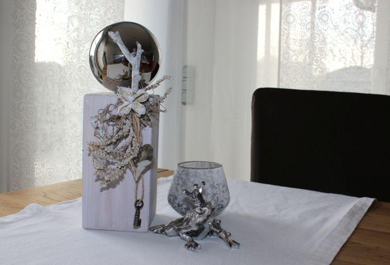 KL50 - Kleine Holzsäule weiß gebeizt , dekoriert mit Materialien aus der Natur , einem Schlüssel, einem Herz und einer großen Edelstahlkugel! Preis 34,90€ Höhe ca. 30cm Teelichtglas in Steinoptik 6,90€ Höhe 8cm Froschkönig 7,90€