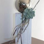 KL51 - Dekosäule für Innen und Aussen! Holzsäule weiß gebeizt, dekoriert mit Materialien aus der Natur, einer künstlichen Sukkulente und einer großen Edelstahlkugel! Preis 54,90€ Höhe ca. 45cm