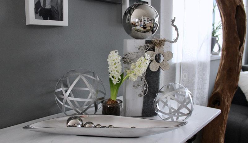 KL72 - Kleine Dekosäule weiß gebeizt, dekoriert mit natürlichen Materialien, Filzband, einer großen Edelstahlkugel und einer Metallblume! Preis 54,90€ Höhe ca 45cm Metallkugel 15cm 14,90 20cm 17,90€ Metallschale 46cm 19,90€