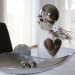 KL60 - Kleine Holzsäule gebeizt, dekoriert mit natürlichen Materialien, einer Holzblume, einer großen Edelstahlkugel und großem Edelstahlherz! Höhe ca.30cm Preis 44,90€ Silberfarbige Schale 24,90€ Teelichtkugel 9,90€