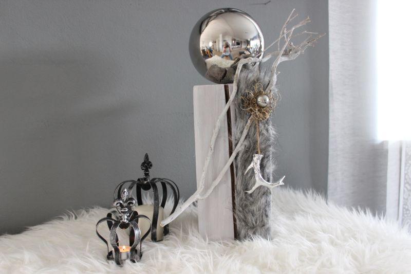 KL64 - Kleine Säule aus neuem Holz, dekoriert mit Kunstfell, natürlichen Materialien, großer und kleiner Edelstahlkugel und einem Geweih! Preis 64,90€ Höhe ca. 45cm Krone aus Metall Höhe 17cm 9,90€ Höhe 13,5cm 6,90€