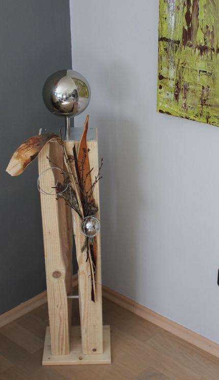 GS08 – Gespaltene Säule mit großer Edelstahlkugel auf Chromfuß! Dekosäule natürlich dekoriert mit einer kleinen Edelstahlkugel! Für Innen und Aussen geeignet! Höhe ca 100cm – Preis 119,90€