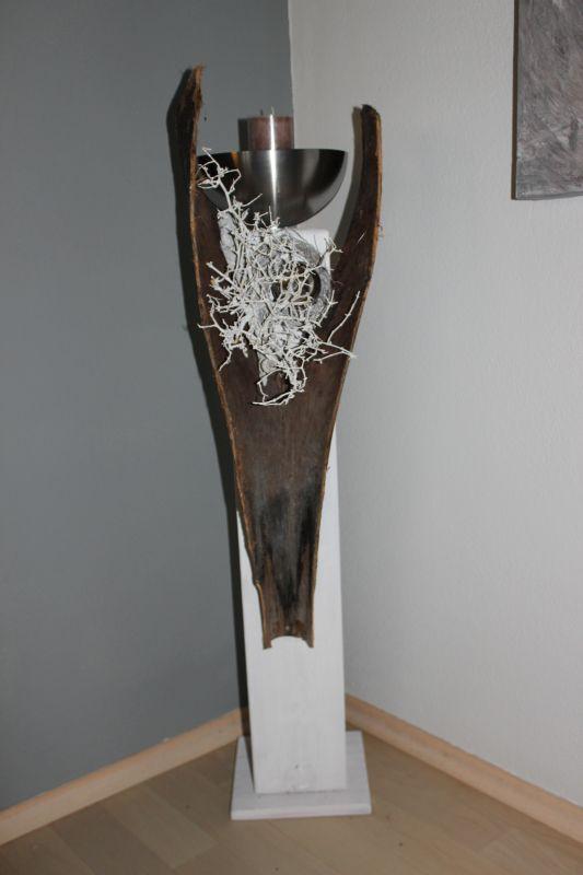GS72 - Säule aus neuem Holz weiß gebeizt, dekoriert mit einem großen gespaltenen Kokosblatt, natürlichen Materialien, einer Edelstahlkugel und einer Edelstahlschale! Preis 99,90€ Höhe ca 100cm