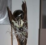 GS73 - Große gespaltene Säule aus neuem Holz für Innen und Außen! Gespaltenen Säule dekoriert mit einem großen gespaltenem Kokosblatt, künstlichen Callas, natürlichen Materialien und einer großen und kleinen Edelstahlkugel. Preis 139,90€, Preis mit Beleuchtung 149,90€ - Höhe ca 105cm