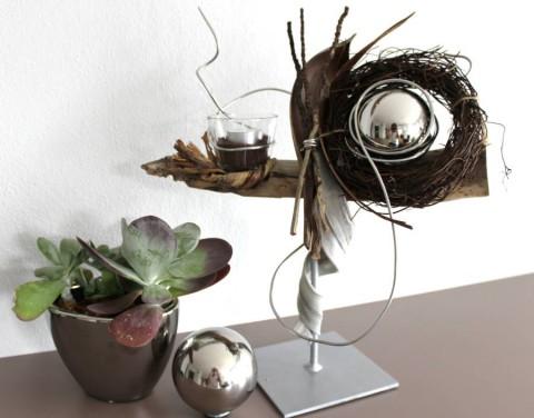 NS04 – Schwemmholz auf Metallfuß!Natürlich dekoriert mit einer Edelstahlkugel, Kokosblatt, Rebenkranz und einem Teelichtglas!Preis 44,90€