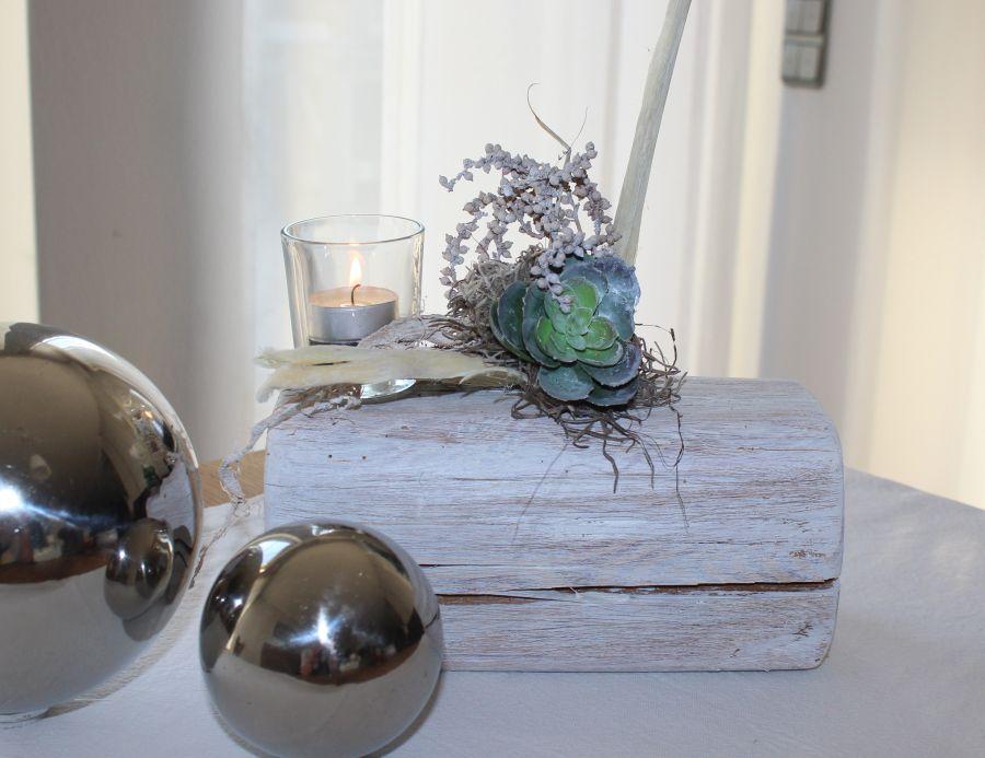 TD52 - Holzblock, weiß gekalkt und natürlich dekoriert mit einer künstlichen Sukkulente und einem Teelicht! Preis 44,90€