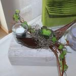 TD57 - Tischdeko für Innen und Aussen! Holzblock weiß gebeizt, dekoriert mit Weinreben, künstlichen Sukkulenten und einem Teelichtglas! Preis 44,90€