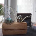 TD53 - Zeitlose Tischdeko! Tischdeko aus altem Holz, dekoriert mit natürlichen Materialien, einer künstlichen Sukkulente und einer Edelstahlkugel! Preis 44,90€
