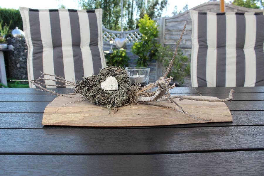 TD79 - Tischdeko aus altem Holz! Altes Eichenbrett, natürlich dekoriert mit Materialien aus der Natur, einem Teelichtglas, einem Herz aus Graumoos und Ornamentherz! Passend zu unserer Wanddeko! Preis 49,90€