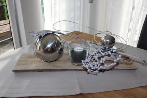 TD03 – Tischdeko aus einem alten Holzbrett! Holzbrett, dekoriert mit zwei Edelstahlkugel, Teelichtglas und natürlichen Materialien! Preis 39,90€