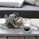 TD59 - Außergewöhnliche Tischdeko! Holzbrett, bebeizt und weiß gebürstet, dekoriert mit natürlichen Materialien, Edelstahlkugel, künstlichen Sukkulenten und einem Teelicht! Preis 34,90€