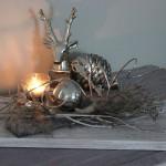 TD84 - Herbstliche Tischdeko! Holzbrett, gebeizt und weiß gebürstet, dekoriert mit natürlichen Materialien, künstlichem Hirschgeweih, Kunstfell, Edelstahlkugel und einem Teelicht! Preis 44,90€ - Größe 20x40cm - Preis Hirsch 9,90€ - Preis Schlüssel 5,90€ - Tannenzapfen 14,90€
