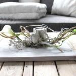 TD65 - Außergewöhnliche Tischdeko! Holzbrett, bebeizt und weiß gebürstet, dekoriert mit natürlichen Materialien, künstlichen Calla, einem Herz und einem Teelichthalter aus Edelstahl! Preis 34,90€