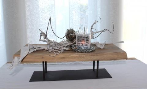 TD87 - Exclusive Tischdeko aus altem Eichenholz! Altes Eichenbrett behandelt auf einem Metallständer, dekoriert mit natürlichen Materialien, einem Teelichtglas, einem Miniglockenkranz, Edelstahlkugel und Herz! Preis 74,90€ - Breite ca 55cm mit Deko