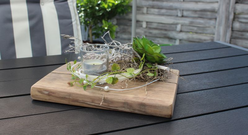 TD178 - Zeitlose Tischdeko! Altes Eichenbrett thermisch behandelt, dekoriert mit künstlichen Sukkulenten, natürlichen Materialien und einem Teelichtglas! Preis 49,90€ Breite ca 30cm