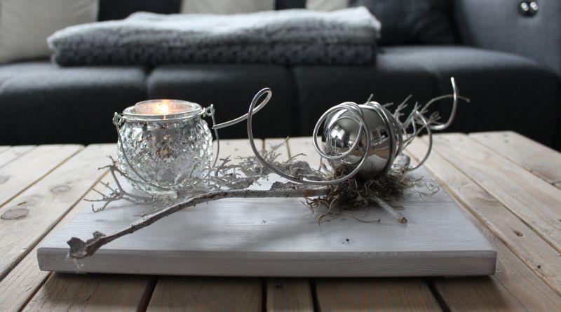 TD184 - Zeitlose Tischdeko! Holzbrett weiß gebeizt, dekoriert mit natürlichen Materialien, einer Edelstahlkugel und Windlicht! Preis 34,90€ Größe 20x30cm