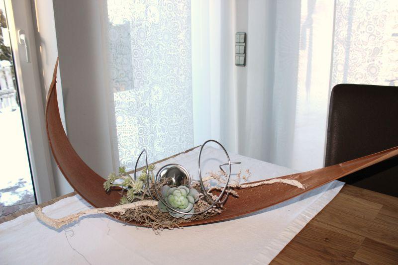 TD100 - Kokosblatt als Tisch oder Wanddeko! Großes Kokosblatt dekoriert mit natürlichen Materialien, einer Edelstahlkugel und künstlichen Sukkulenten! Preis 44,90€