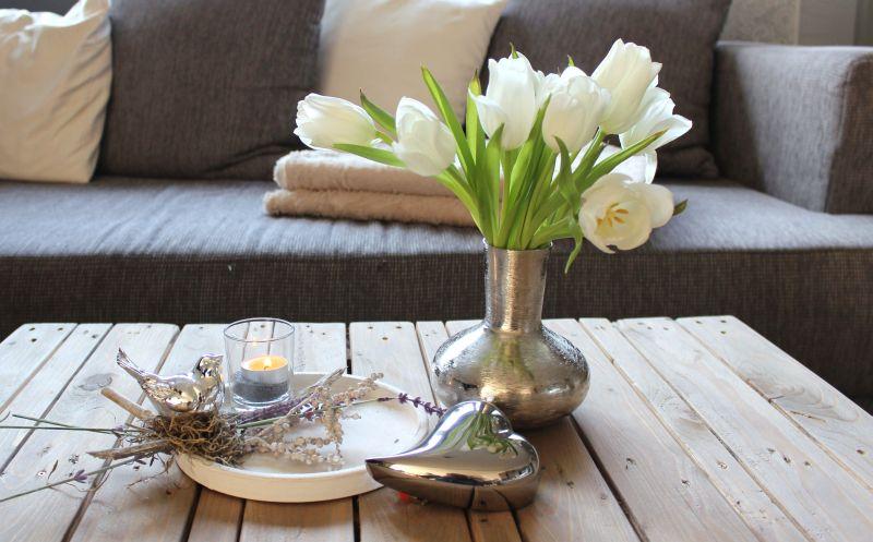TD153 - Holztablett, dekoriert mit natürlichen Materialien, einem Teelichtglas, künstlichen Lavendel und einem silberfarbenen Vogel! Preis 24,90€ Durchmesser 20cm Metallvase 15cm Preis 16,90€ Herz 11cm Preis 3,90€