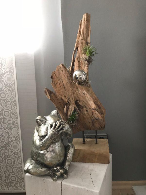 TD187 - Teakholzskulptur dekoriert mit Edelstahlkugel und künstlichen Sukkulenten! Preis je 74,90€ Höhe ca. 65cm