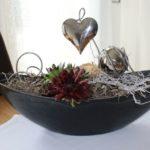 TD172 - Schale bepflanzt mit Sukkulenten, dekoriert mit natürlichen Materialien, Edelstahlkugel, Aludraht und Metallherz! Preis 24,90€