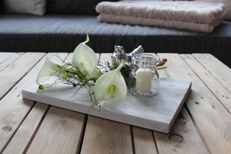 TD119 - Zeitlose Tischdeko! Holzbrett, weiß bebeizt, dekoriert mit natürlichen Materialien, künstlichen Callas, einem Vogel und einem Kerzenglas! Preis 34,90€ Größe 20x30cm