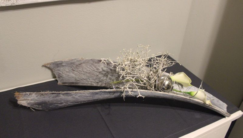 TD123 - Aussergewöhnliche Tischdeko! Gespaltenes Kokosblatt, weiß gekalkt, dekoriert mit natürlichen Materialien, künstlichen Callas und einer Edelstahlkugel! Preis 44,90€ Breite ca 80cm
