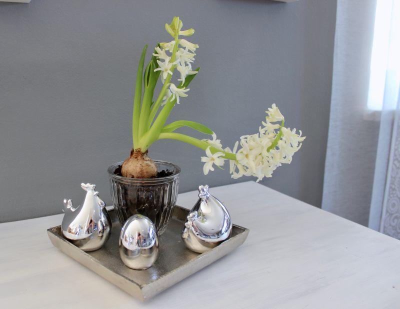 TD199 - Frühlingshafte Tischdeko! Metalltablett Preis 19,90€ 20x20cm Henne und Hahn je 4,90€ Silberfarbenes Ei 4,50€ Glastopf 2,90€ Höhe 10cm