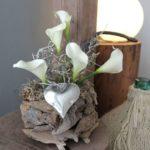 TD162 - Topf aus Schwemmholzteilen, bepflanzt mit künstlichen Callas, einem Herz und natürlichen Materialien! Preis 24,90€ Durchmesser ca.20cm