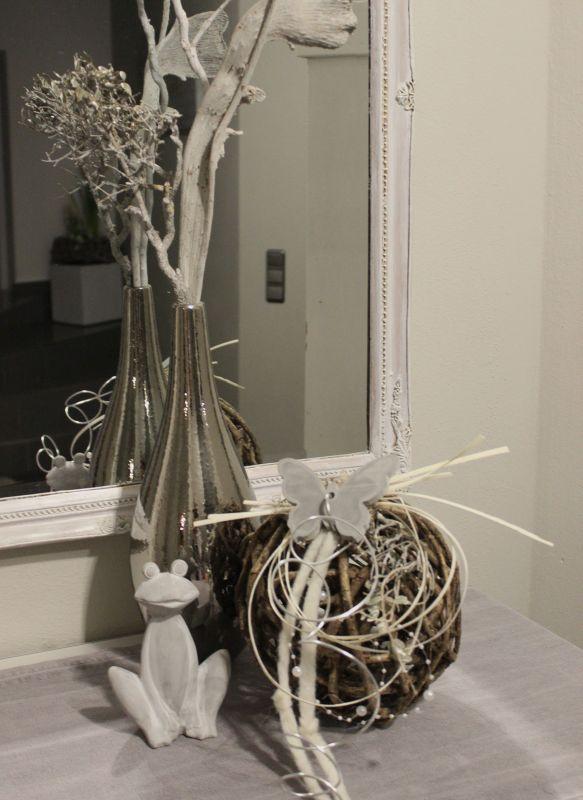 TD155 - Weidenkugel dekoriert mit natürlichen Materialien, Filzbänder, Perlenband, Aludraht und einem Betonschmetterling! Preis 34,90€ Durchmesser ca. 20-25cm Silberfarbige Vase 24,90€ Höhe 35cm Frosch 5,90€ Höhe 15cm