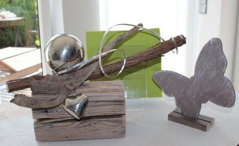 TD09 - Tischdeko aus altem Holz! Holzblock hell gekalkt, natürlich dekoriert mit einer Edelstahlkugel und einem Edelstahlherz! Preis 29,90€ Schmetterling 4,50€