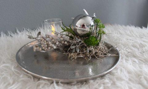 TD181 - Silberfarbiger Metallteller, dekoriert mit einem kleinen Hirschgeweih, Edelstahlkugel, natürlichen Materialien und künstlicher Sukkulente! Preis 39,90€ Durchmesser ca. 25cm