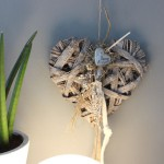 TK12 - Geflochtenes Holzherz als Tür, Wand oder Fensterdeko! Geflochtenes Holzherz, dekoriert mit natürlichen Materialien, Filzbänder und einem Metallherz! Preis 24,90€