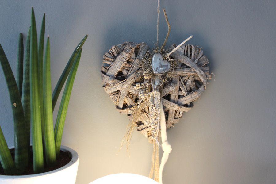 TK12 - Geflochtenes Holzherz als Tür, Wand oder Fensterdeko! Geflochtenes Holzherz, dekoriert mit natürlichen Materialien, Filzbänder und einem Metallherz! Preis 29,90€ Größe 40cm