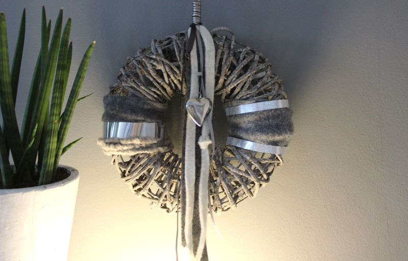 TK34 - Massiver Wand oder Türkranz! Kranz aus Rattangeflecht auf Metallgestell, dekoriert mit Filz, Satin und Edelstahlbändern und Edelstahlherz! Preis 44,90€ Durchmesser 35cm