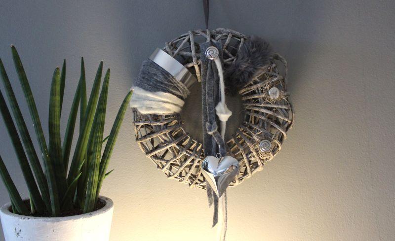 TK35 - Massiver Wand oder Türkranz! Kranz aus Rattangeflecht auf Metallgestell, dekoriert mit Filz, Satin und Edelstahlbändern und Edelstahlherz! Preis 44,90€ Durchmesser 35cm