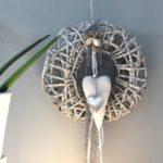 TK31 - Massiver Wand oder Türkranz! Kranz aus Rattangeflecht auf Metallgestell, dekoriert mit Filz, Satin und Perlenband, einem Edelstahl- und Stoffherz! Preis 39,90€ Durchmesser 35cm